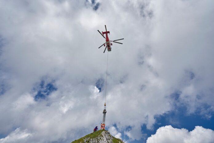BILD zu OTS - Das erste steinerne Gipfelkreuz Österreichs erreicht seinen Bestimmungsort, die Seekarlspitze in der Region Achensee, Tirol.