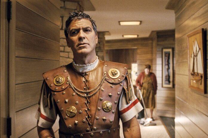 Im Kostüm direkt vom Film-Set entführt: Baird Whitlock (George Clooney) irrt durch ein unbekanntes Haus. / Nutzung des Bildes nur in Verbindung mit der Sendung / kein Social Media Weiterer Text über ots und www.presseportal.de/nr/7840 / Die Verwendung dieses Bildes ist für redaktionelle Zwecke honorarfrei. Veröffentlichung bitte unter Quellenangabe: