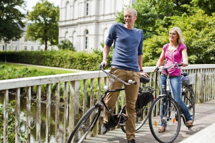 Fahrradfahrer in den Wallanlagen in Oldenburg. Weiterer Text über ots und www.presseportal.de/nr/103182 / Die Verwendung dieses Bildes ist für redaktionelle Zwecke honorarfrei. Veröffentlichung bitte unter Quellenangabe: