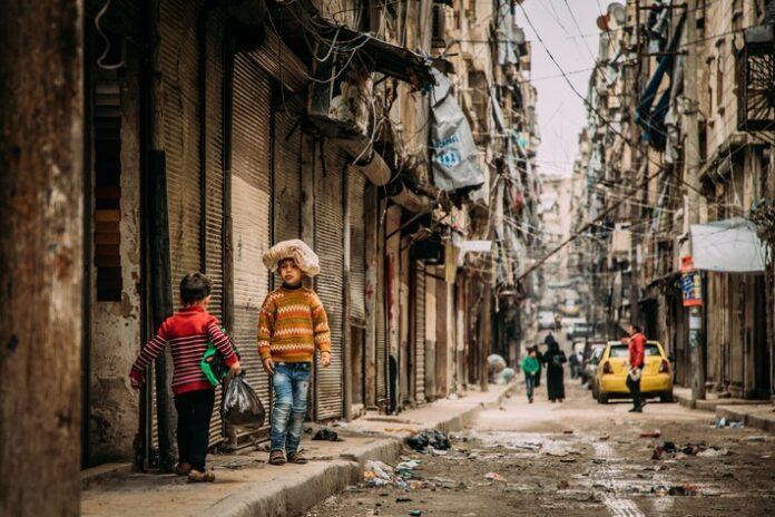 Eine massive Inflation und Preissteigerungen um 200 Prozent treiben nach Angaben der SOS-Kinderdörfer immer mehr Menschen in Syrien in die akute Not. Zwar seien die Kriegshandlungen in den meisten Städten zum Stillstand gekommen, aber die humanitäre Katastrophe eskaliere zunehmend. In nur wenigen Monaten sei die Zahl der Hungernden laut UN um weitere 1,4 Millionen angestiegen und betrage jetzt 9,3 Millionen.