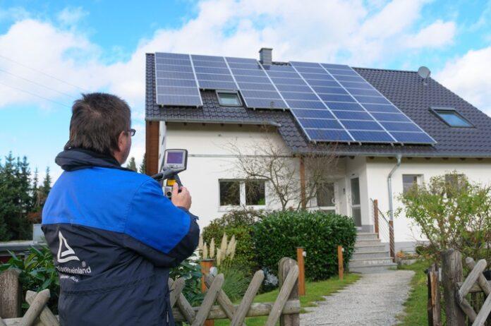 Wartung von Solaranlagen. Foto: TÜV Rheinland. Weiterer Text über ots und www.presseportal.de/nr/31385 / Die Verwendung dieses Bildes ist für redaktionelle Zwecke honorarfrei. Veröffentlichung bitte unter Quellenangabe: